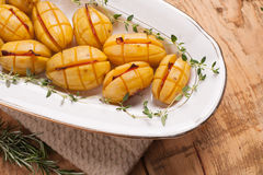 Pommes de terre avec des tranches de lard images stock