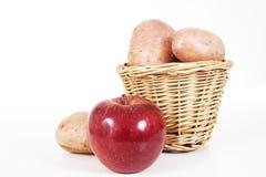 Pommes de terre avec la pomme Pomme de pomme de terre sur le fond blanc d'isolement de studio Images libres de droits