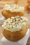 Pommes de terre avec le fromage blanc et les graines de cumin images stock