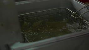 Pommes de terre de blanchiment Pommes de terre de blanchiment avant de faire frire banque de vidéos