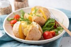 Pommes de terre bourrées cuites au four avec du fromage photographie stock