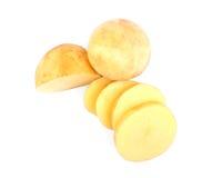 Pommes de terre coupées en tranches d'isolement sur un fond blanc Cuisson des pommes chips Ingrédients pour des régimes de vegan  photo stock
