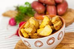Pommes de terre cuites à la friteuse fraîches dans la cuvette Photos libres de droits