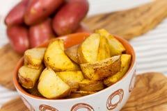 Pommes de terre cuites à la friteuse fraîches dans la cuvette Image libre de droits