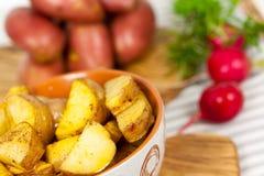 Pommes de terre cuites à la friteuse fraîches dans la cuvette Photographie stock libre de droits