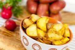 Pommes de terre cuites à la friteuse fraîches dans la cuvette Photo libre de droits