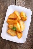 Pommes de terre cuites au four avec des épices dans la cuvette blanche Photo libre de droits