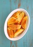 Pommes de terre cuites au four avec des épices dans la cuvette blanche Photos libres de droits