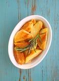 Pommes de terre cuites au four avec des épices dans la cuvette blanche Images stock