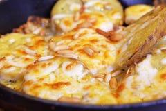 Pommes de terre cuites au four avec du fromage photos libres de droits