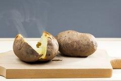 Pommes de terre cuites au four avec la coquille Photos stock