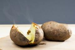 Pommes de terre cuites au four avec la coquille Images stock