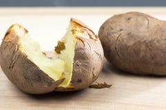 Pommes de terre cuites au four avec la coquille Photographie stock libre de droits