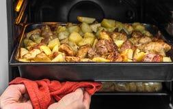 Pommes de terre cuites au four avec le poulet du four Image libre de droits