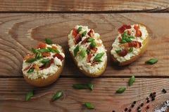 Pommes de terre cuites au four bourrées dans la veste avec le lard et le fromage Photographie stock libre de droits