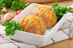 Pommes de terre cuites au four bourrées du poulet et des carottes hachés photographie stock