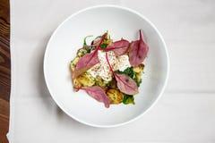 Pommes de terre cuites au four délicieuses simples avec les feuilles et la crème sure fraîches de betterave Images libres de droits
