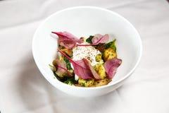 Pommes de terre cuites au four délicieuses simples avec les feuilles et la crème sure fraîches de betterave Image stock