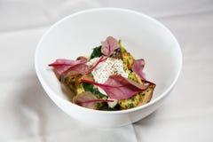 Pommes de terre cuites au four délicieuses simples avec les feuilles et la crème sure fraîches de betterave Images stock