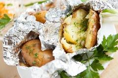Pommes de terre cuites au four dans le clinquant images libres de droits