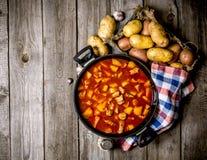 Pommes de terre cuites avec de la viande et des épices sur une table en bois L'espace libre pour le texte Photo libre de droits