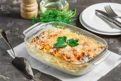 Pommes de terre cuites dans le four, cuit au four avec les pommes, le fromage et le vert Images stock