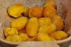 Pommes de terre cuites dans le plat en bois Photographie stock libre de droits