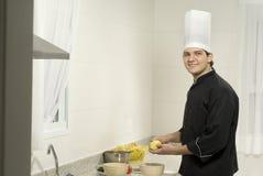 Pommes de terre d'écaillement de chef Images stock