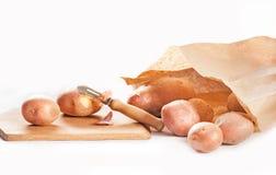 Pommes de terre d'épluchage Photographie stock