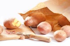 Pommes de terre d'épluchage Image libre de droits