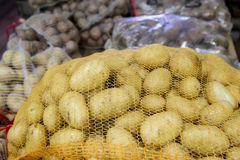 Pommes de terre dans des sacs de maille d'un marché Photographie stock libre de droits