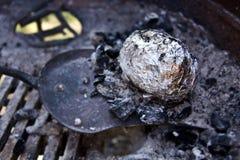 Pommes de terre dans les charbons Image libre de droits