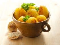 Pommes de terre dans un bac photos libres de droits