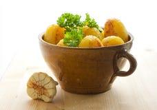 Pommes de terre dans un bac images stock