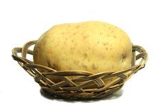 Pommes de terre dans un panier Photos stock