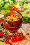 Pommes de terre dans un pot Photo libre de droits