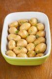 Pommes de terre de bébé de torréfaction avec le thym Images libres de droits