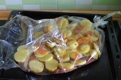 Pommes de terre de cuisson avec de la viande grillée Image stock