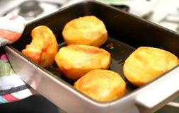 Pommes de terre de rôti fraîches du four. Image libre de droits