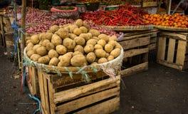 Pommes de terre empilées sur le marché traditionnel en bambou de Bogor rentré par photo de boîte de sangle et en bois Images stock