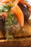 Pommes de terre en robe de chambre avec le fromage à pâte molle et les saumons fumés Photographie stock libre de droits