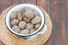 Pommes de terre en robe de chambre en faisant cuire le pot Images stock
