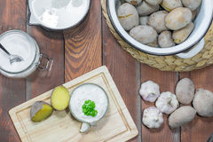 Pommes de terre en robe de chambre, immersion d'ail, lait et sel Photo libre de droits
