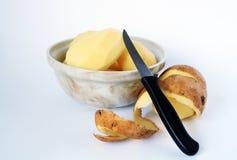 Pommes de terre et couteau enlevés photos stock