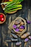 Pommes de terre et légumes pourpres photographie stock