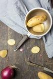 Pommes de terre et oignon sur le bois Images libres de droits