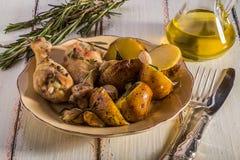 Pommes de terre et poulet rustiques de style Photographie stock