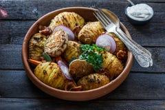 pommes de terre Four-cuites au four de hassleback à l'oignon et au lard Images libres de droits