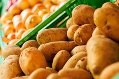 Pommes de terre fraîches sur le marchand de légumes Images stock
