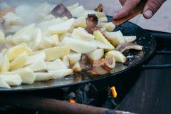 Pommes de terre frites avec de la viande et des saucisses grillant le concept faisant cuire sur un feu ouvert Pique-nique le week Image libre de droits